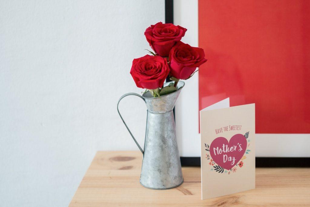 Äitienpäivän punaiset ruusut